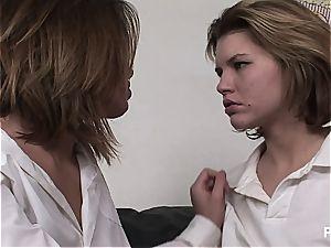 2 schoolgirls fingerbanging